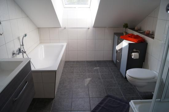 Geräumiges Bad mit Fenster und Badewanne + Dusche